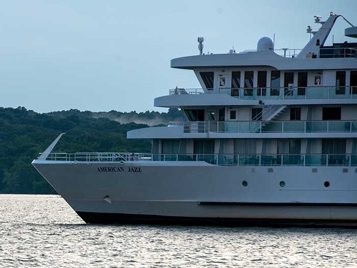 rivRiverboat American Jazz remains aground