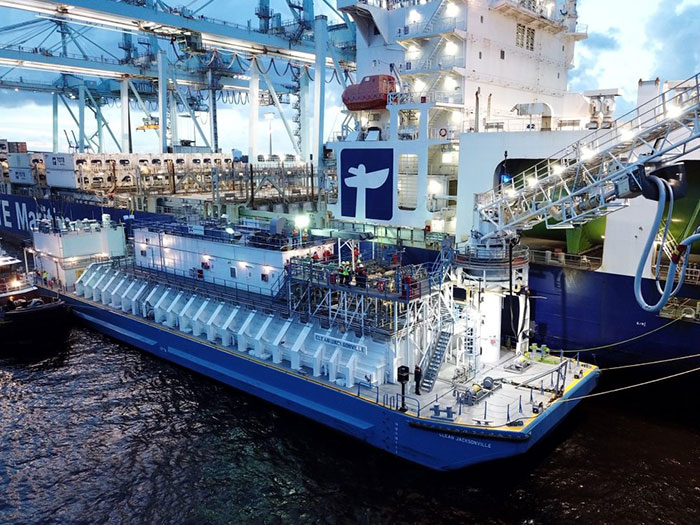 Containership woth LNG bunkering barge
